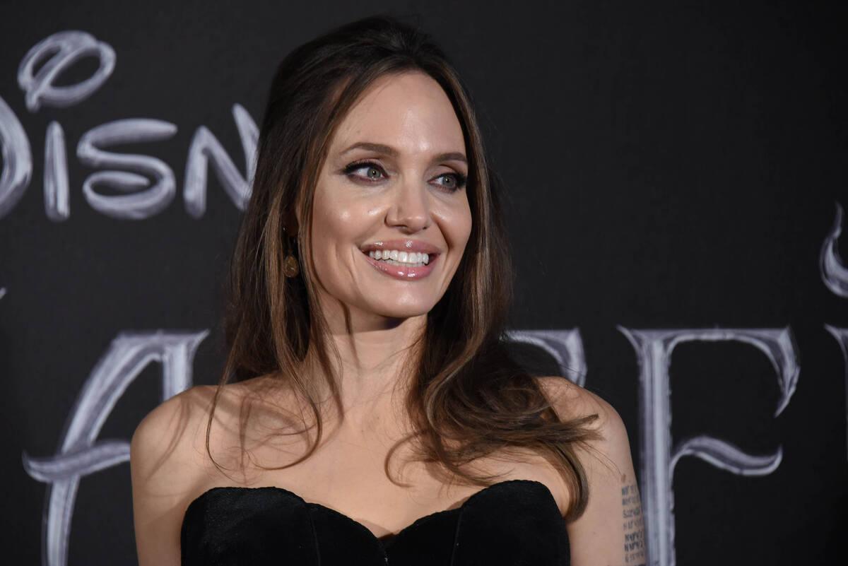Анджелина Джоли отдаст детей в обычную школу