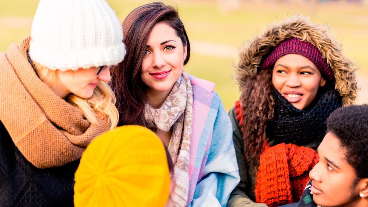 Стильный козырь: самые модные шарфы 2021 года
