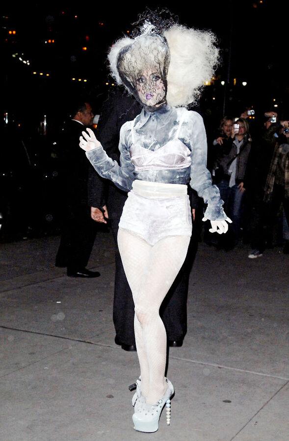 Lady GaGa превращает нижнее белье в верхнее