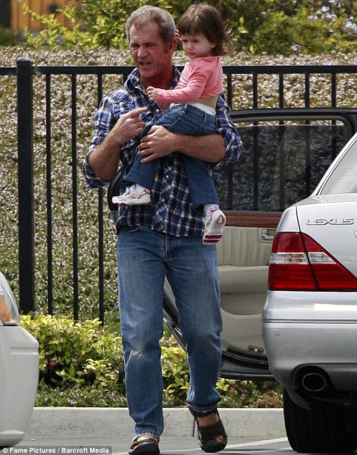 Мел Гибсон День Отца провел со своей двухлетней дочкой Люсией