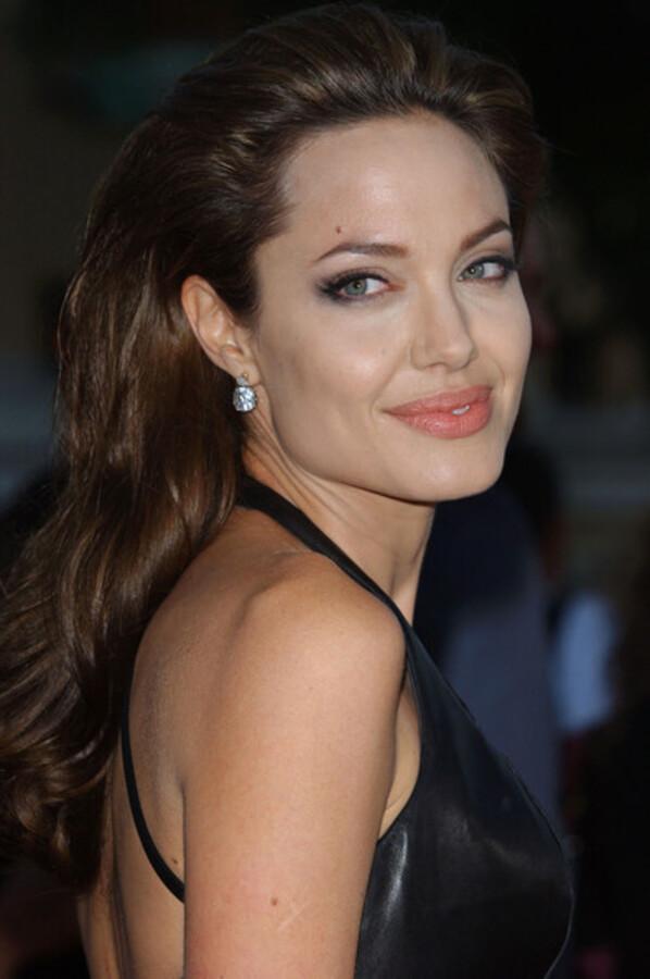 Губы Анджелины Джоли больше не популярны