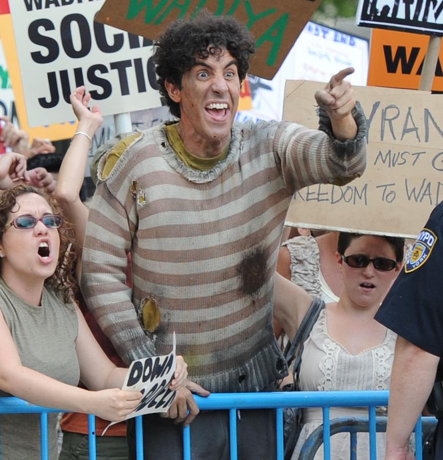 Саша Барон Коэн на митинге