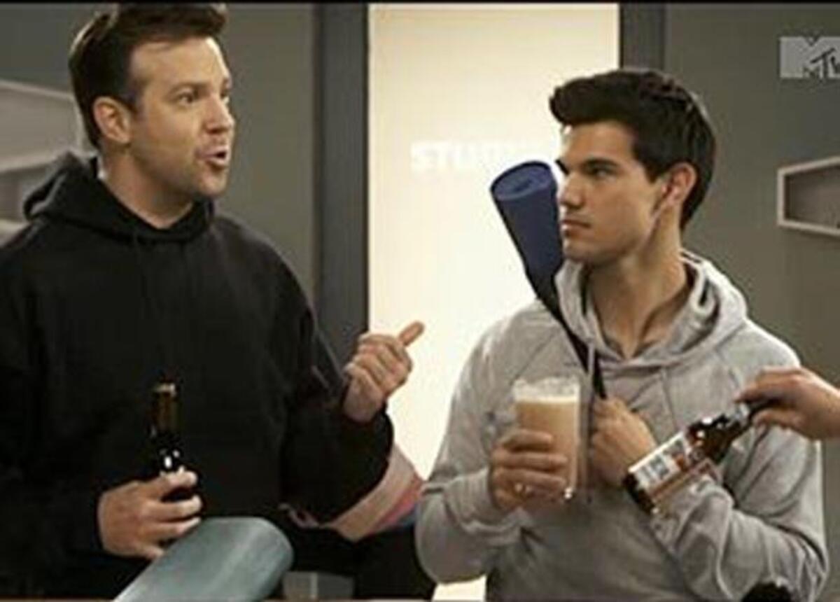 Тэйлор Лотнер и Джейсон Судекис в пародии на «Мальчишник 2» для MTV Movie Awards