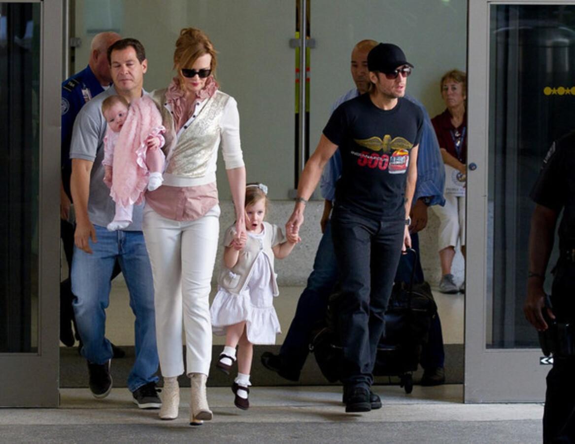 Николь Кидман в семьей в аэропорту Лос-Анджелеса