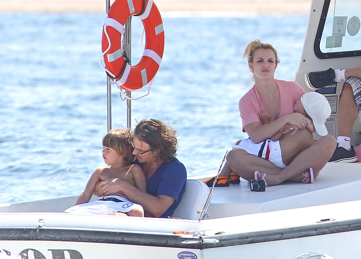 Бритни Спирс с семьей на морской прогулке