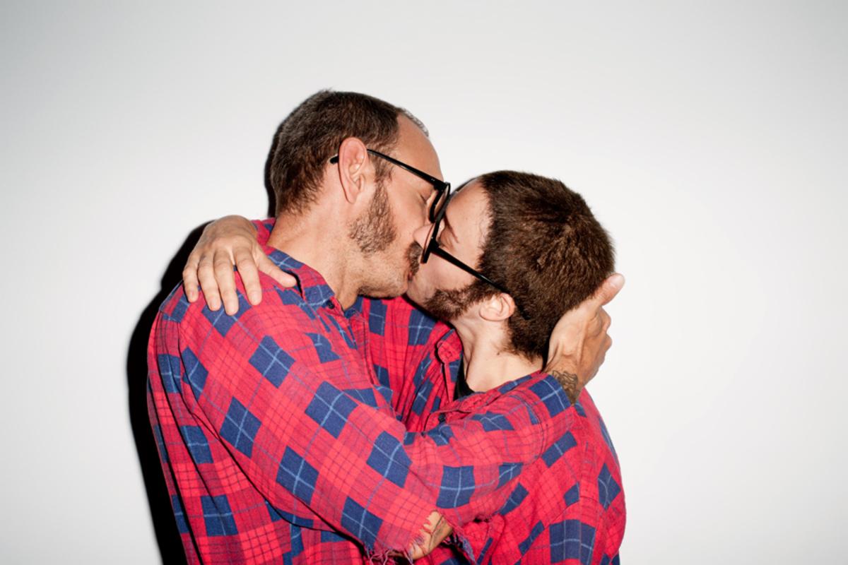 Терри Ричардсон целуется с Хлое Севиньи... Или с самим собой?