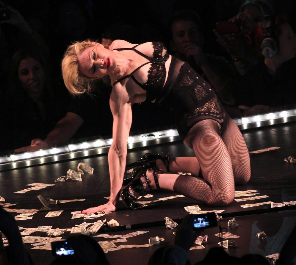 Мадонна исполнила благотворительный стриптиз