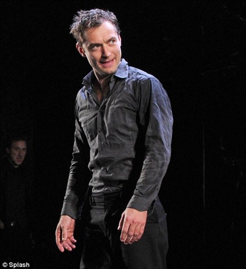 """Критики в восторге от Джуда Лоу в постановке """"Гамлет"""""""
