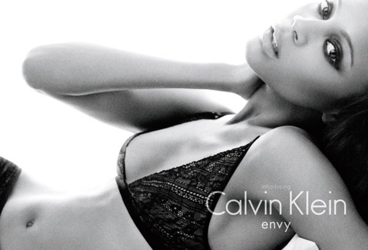 Зои Салдана стала лицом коллекции нижнего белья Calvin Klein Осень 2010