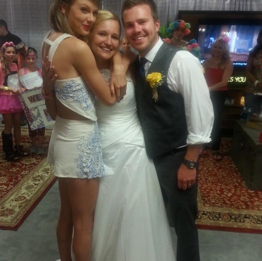 Фанаты устроили свадьбу на концерте Тейлор Свифт