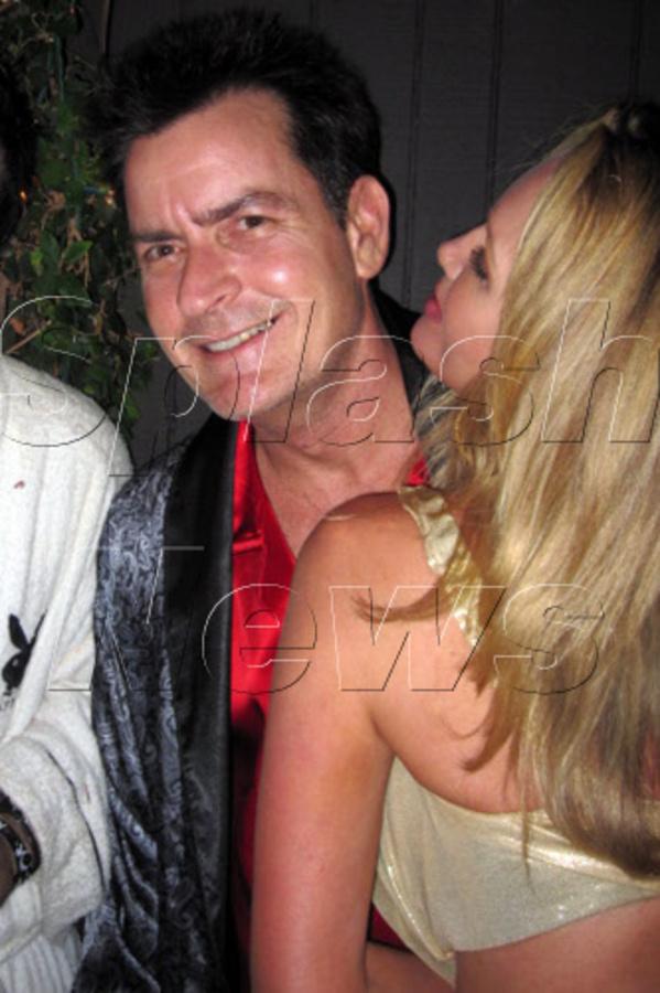 Чарли Шин на вечеринке в особняке Playboy