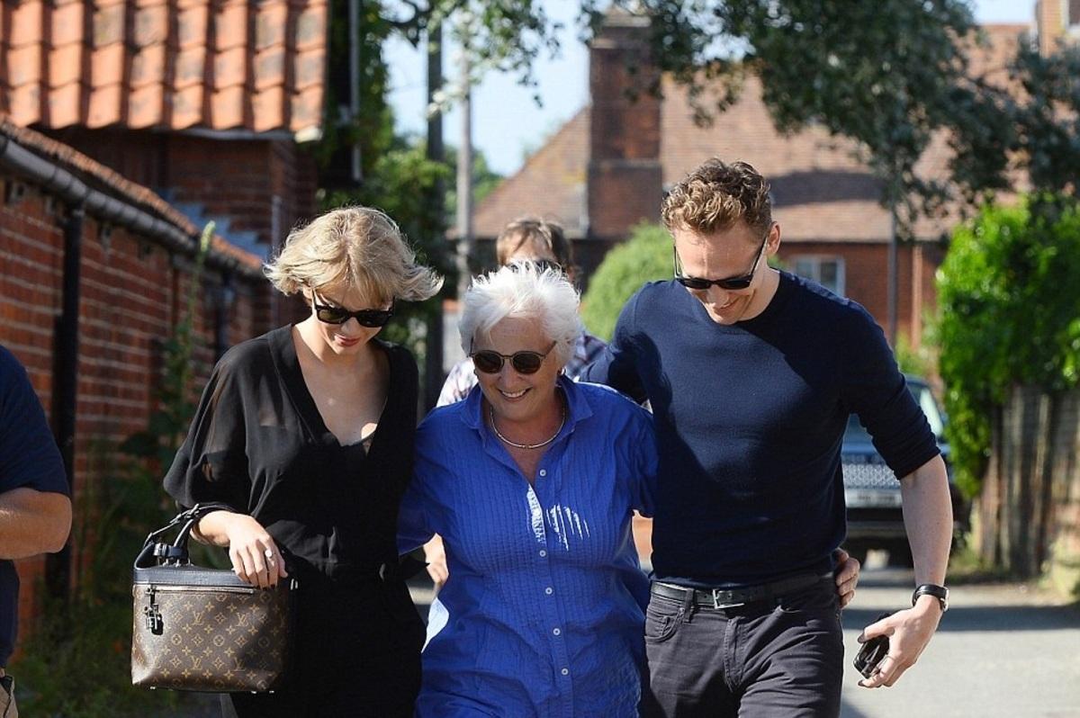 Том Хиддлстон познакомил Тейлор Свифт со своей мамой (фото)