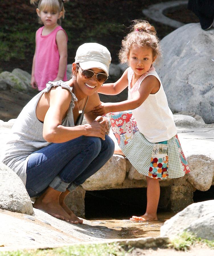 Халли Берри с дочерью в парке Coldwater в Беверли-Хиллз