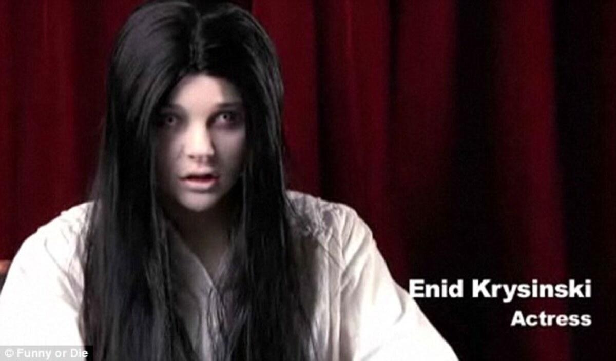 Жуткая девочка Хлоя Морец в ролике FunnyOrDie