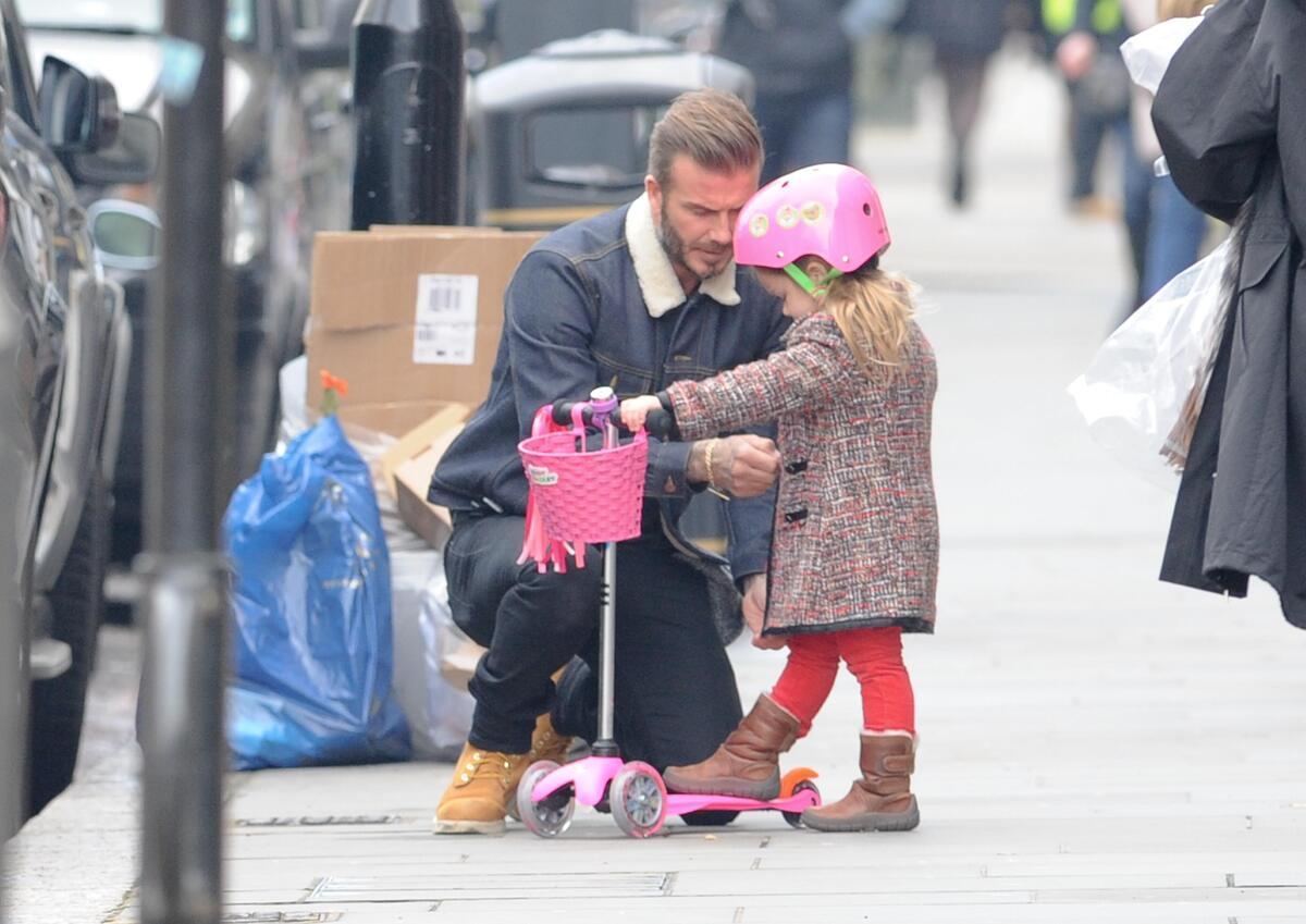 Дэвид Бекхэм с малышкой Харпер на прогулке в Лондоне