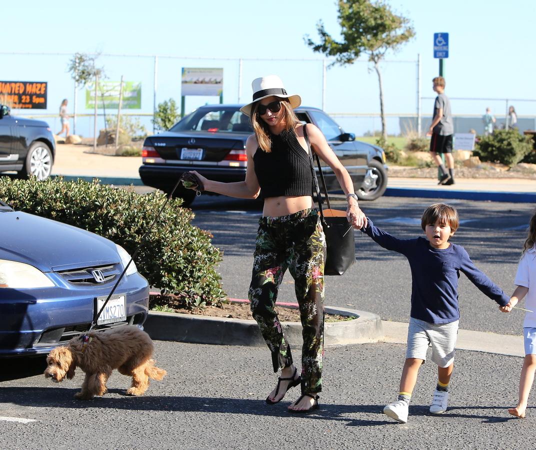 Миранда Керр на прогулке с сыном