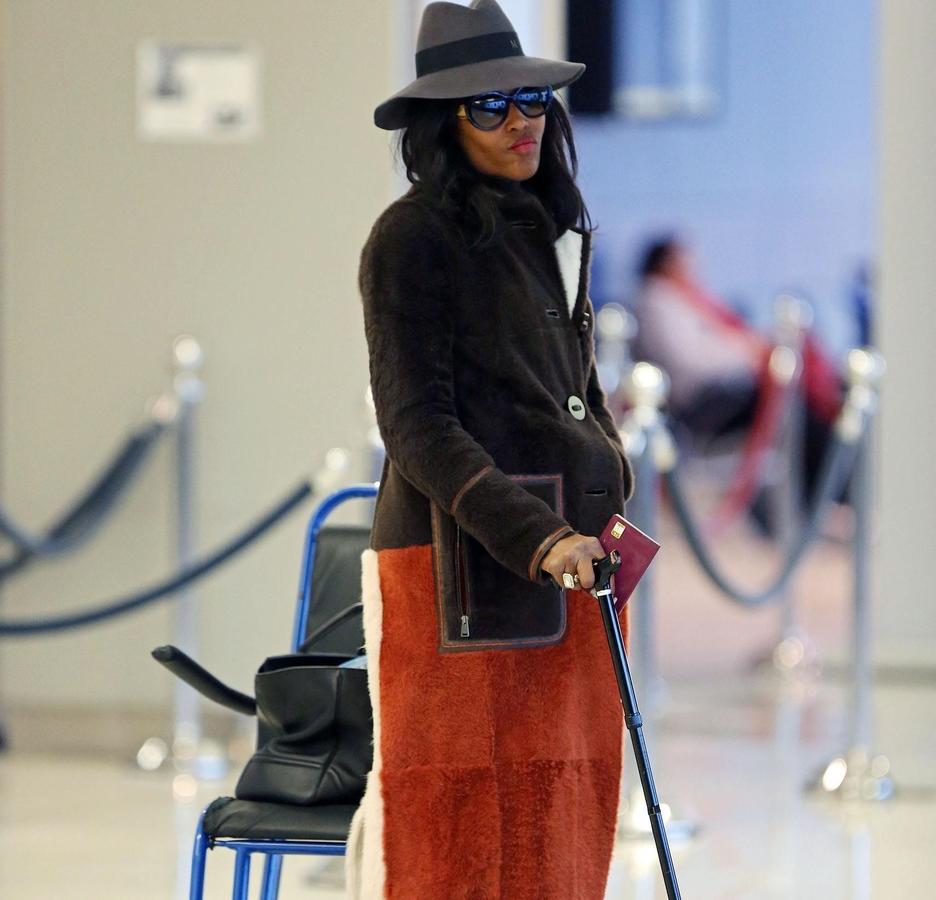 Наоми Кэмпбелл появилась в аэропорту с инвалидной тростью