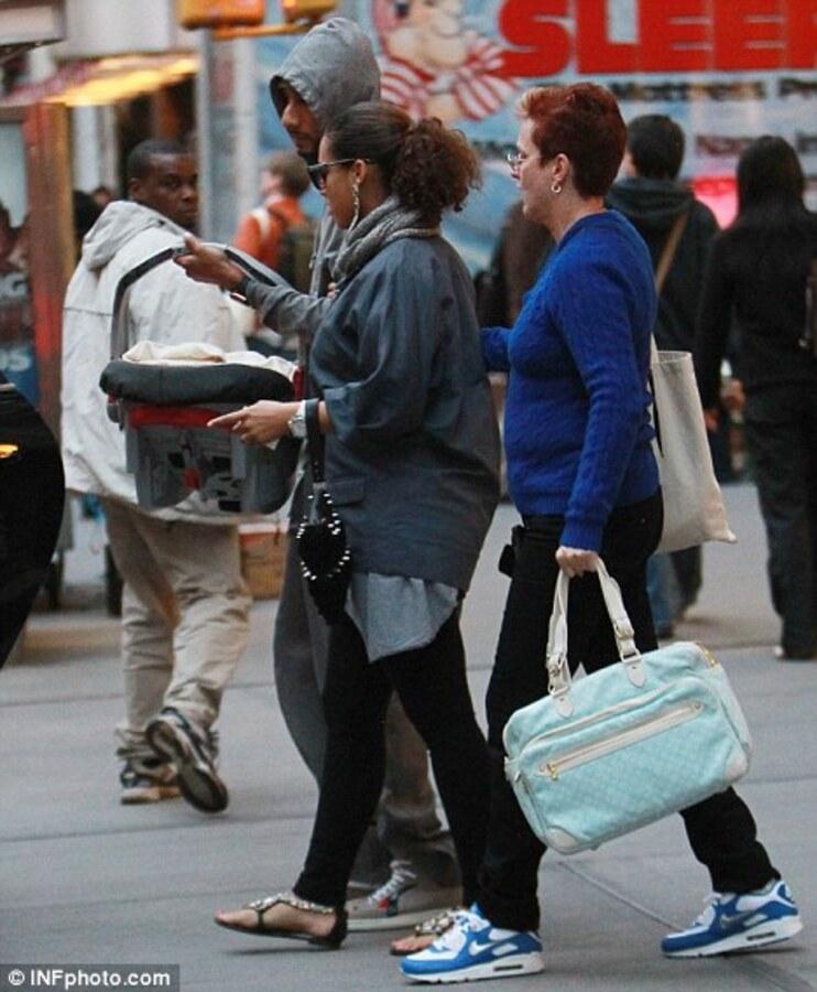 Алиша Киз с мужем и сыном на их первой совместной прогулке