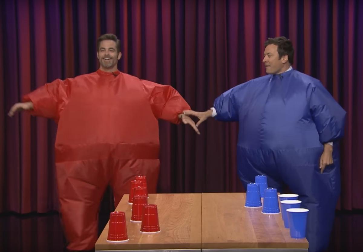 Крис Пайн и Джимми Фэллон устроили соревнование по скоростному выпиванию воды