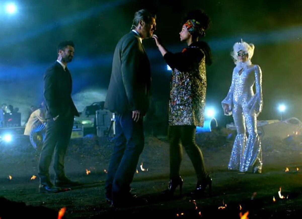 Майли Сайрус примерила образ инопланетянина в промо видео 11 сезона шоу «Голос»