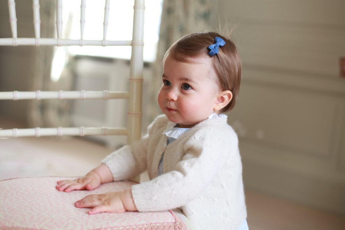 Кенсингтонский дворец показал новые фото принцессы Шарлотты