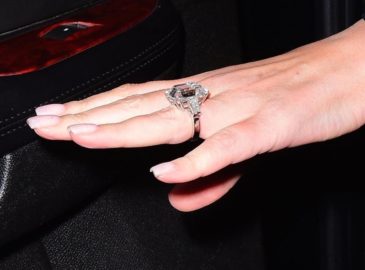 Мэрайя Кэри показала обручальное кольцо с 35-каратным бриллиантом