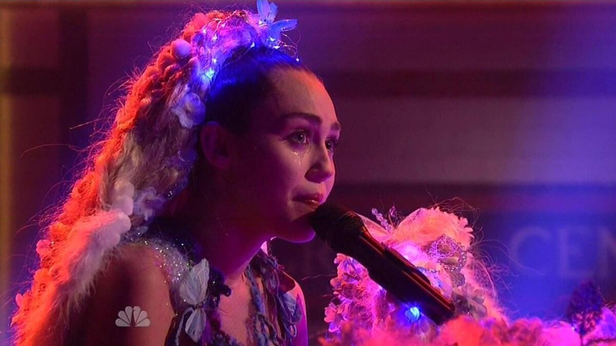 Видео: Майли Сайрус расплакалась на съемках телешоу