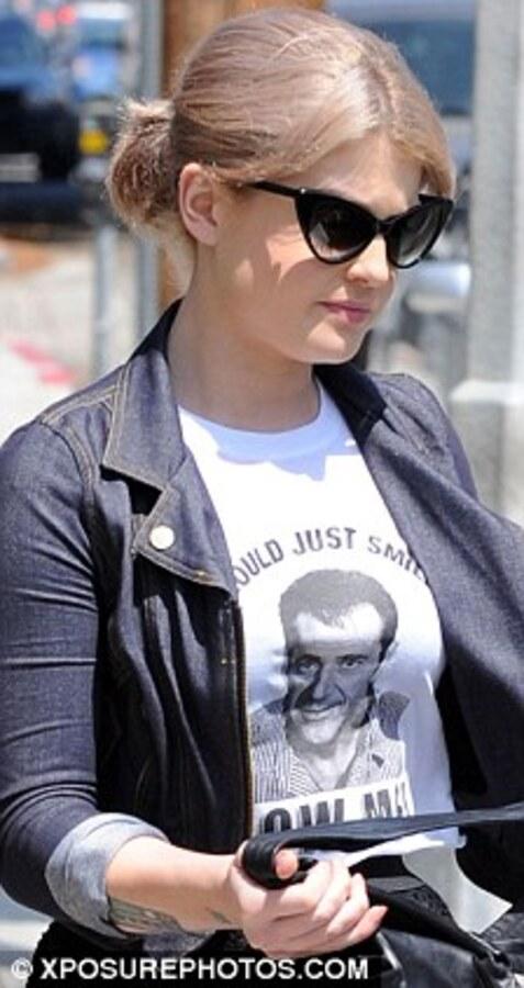 Келли Осборн в футболке, посвященной Мелу Гибсону