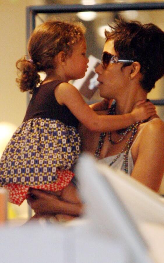Халли Берри с дочерью Налой гуляют по магазинам