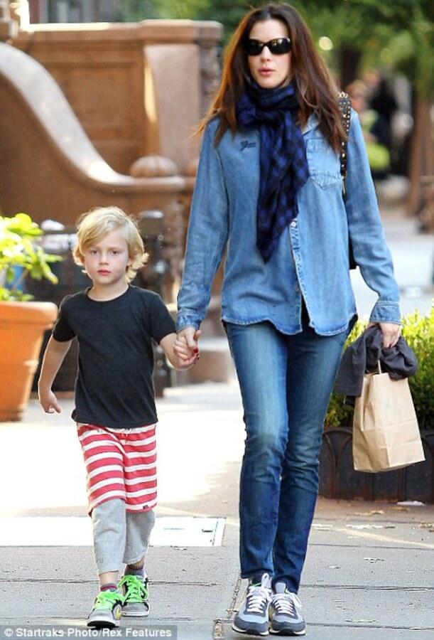 Лив Тайлер ведет сына в школу