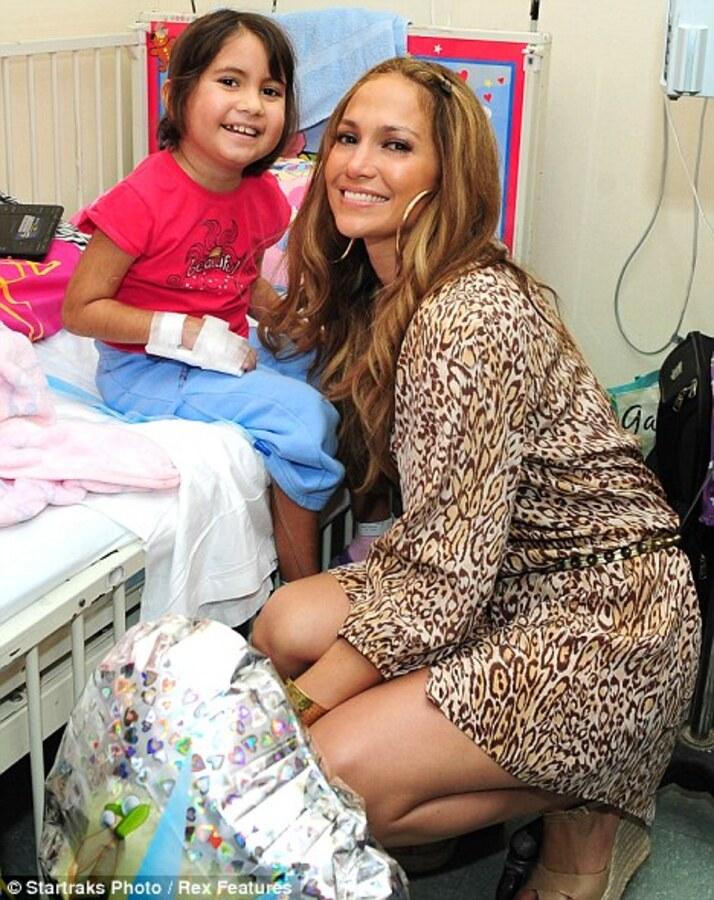 Дженнифер Лопес навестила больных детей