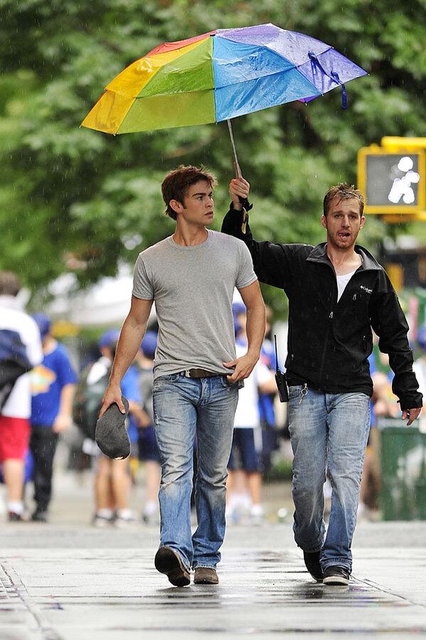 Чейс Кроуфорд слишком хорош, чтобы нести свой зонтик?