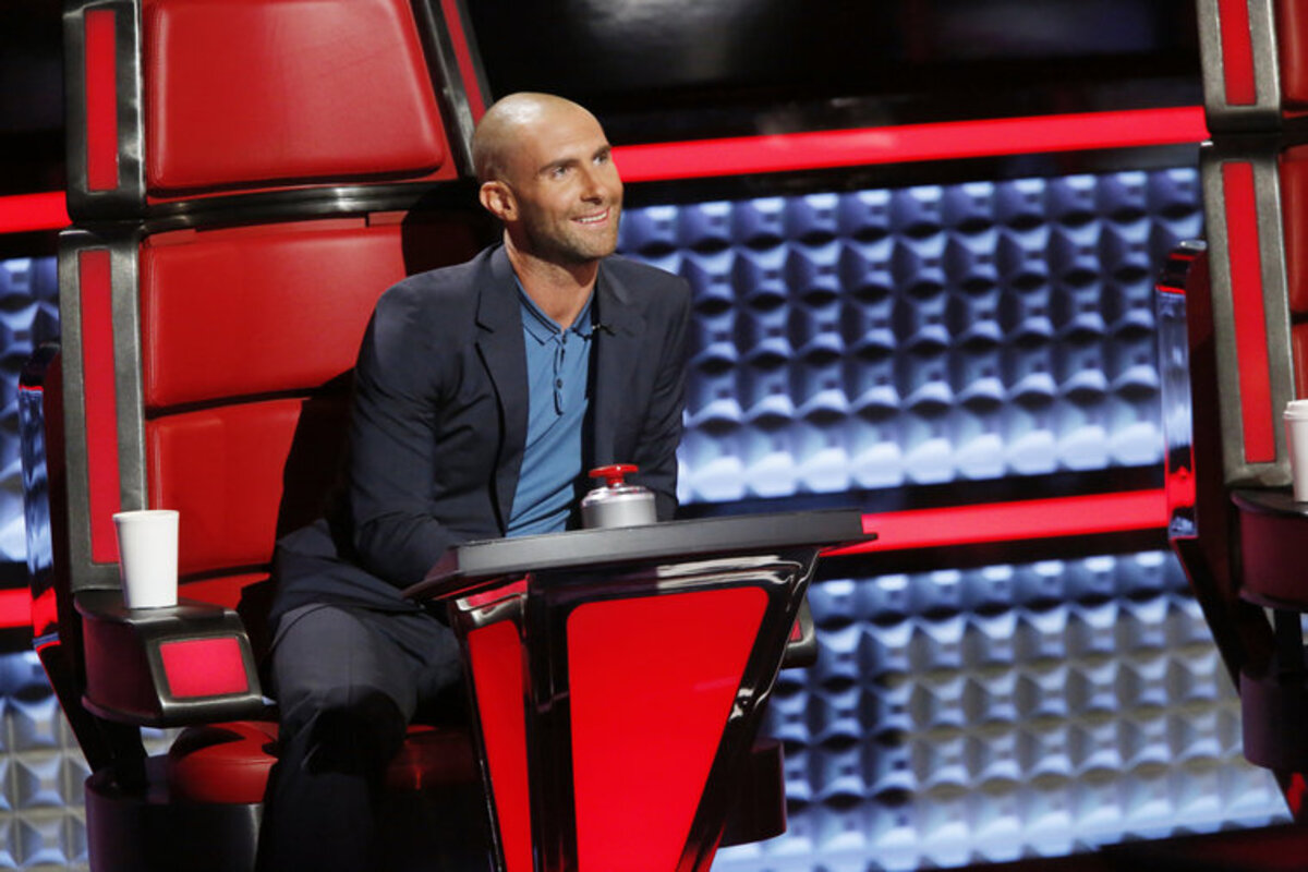 Лысый Адам Левин на съемках шоу The Voice