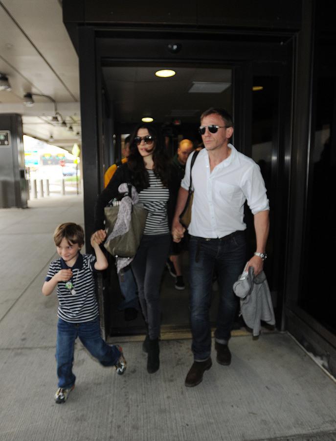 Дэниел Крэйг и Рэйчел Вайс в аэропорту Ньюарка
