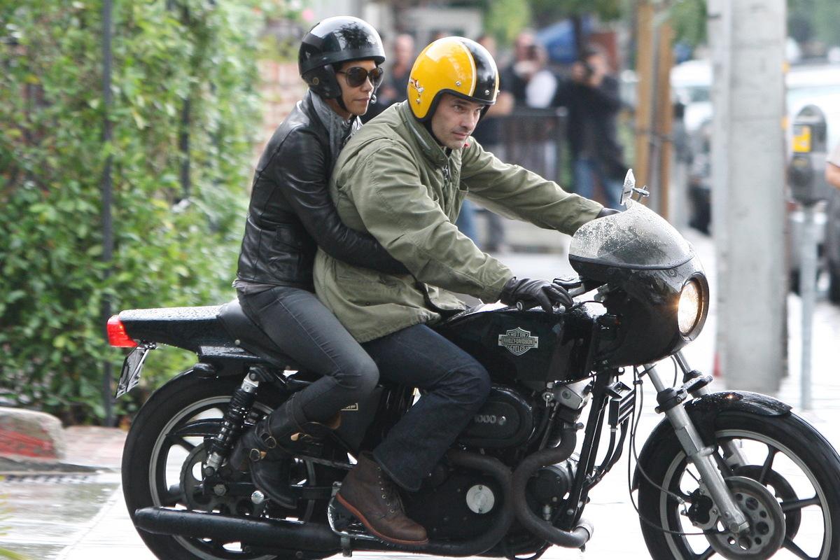 Халли Берри и Оливье Мартинес катаются на мотоцикле