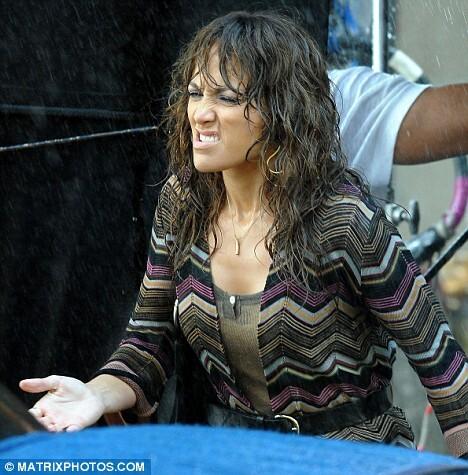 Дженнифер Лопес не нравиться мокнуть под дождем