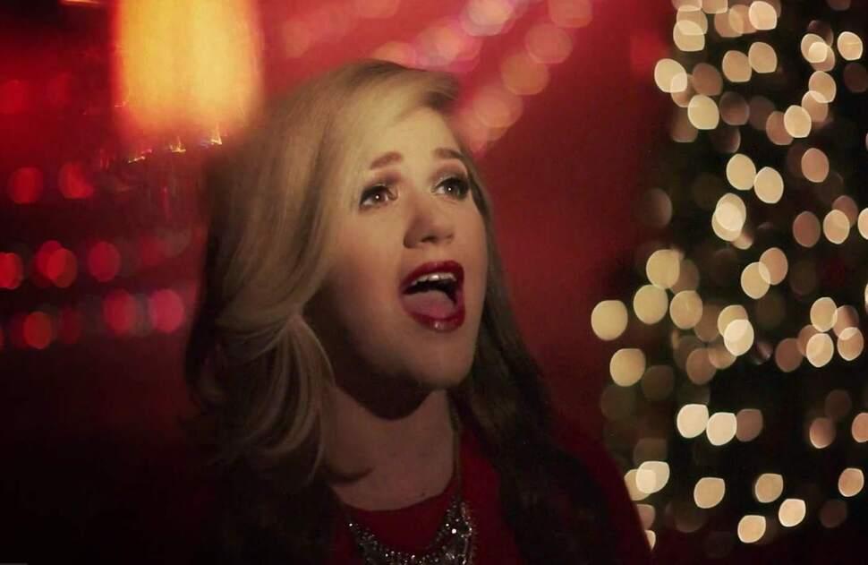 Новый клип Келли Кларксон - Wrapped in Red