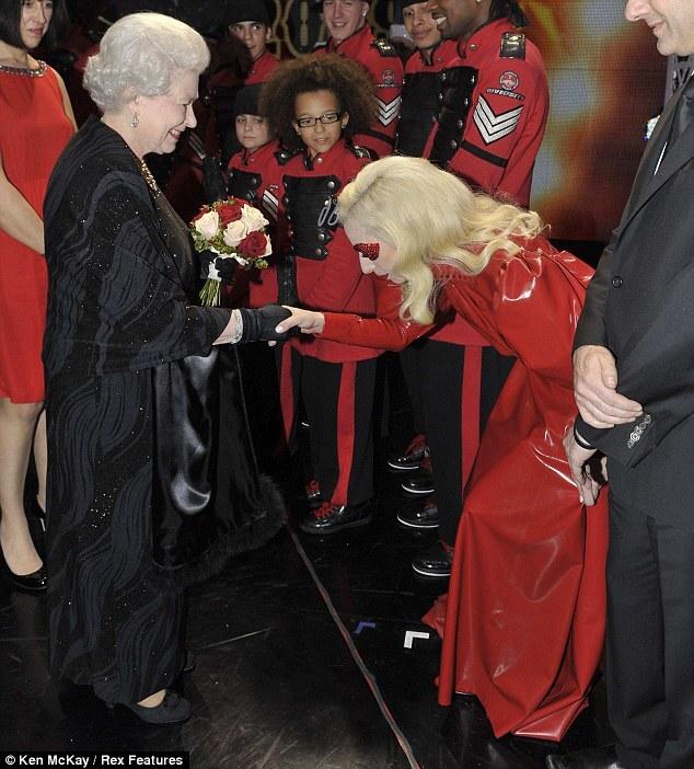Майли Сайрус и Lady GaGa выступают перед королевой
