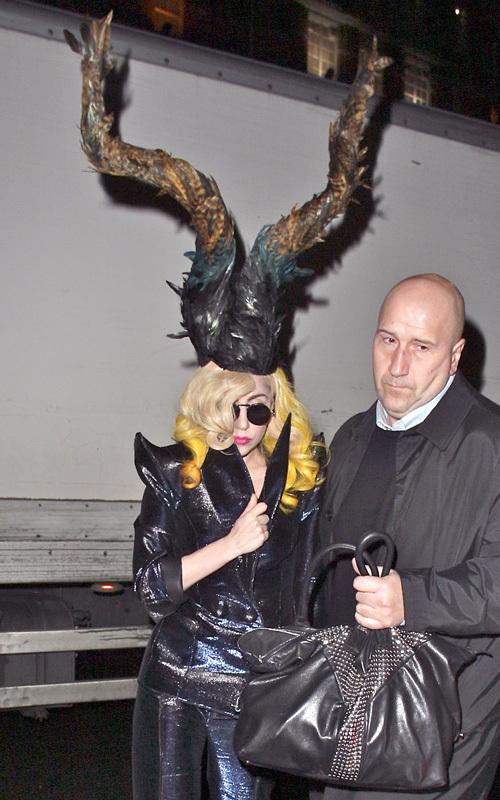 Новая безумная шляпа Lady GaGa