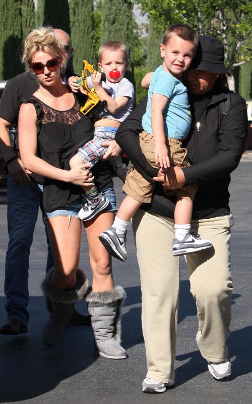 Бритни Спирс идет с детьми в кино