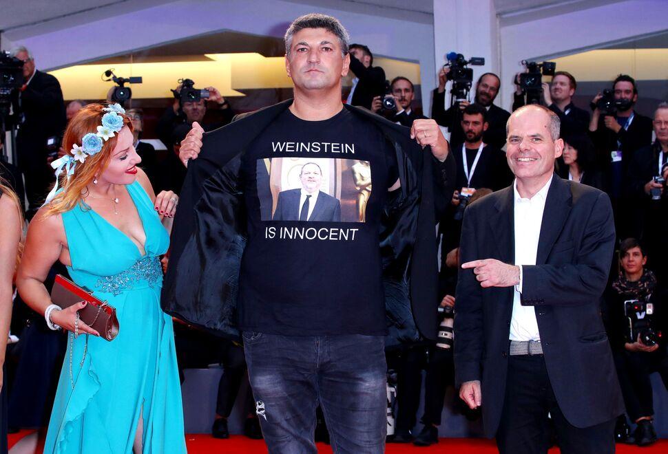 Итальянский режиссер вышел на красную дорожку Венецианского кинофестиваля в футболке «Вайнштейн невиновен»
