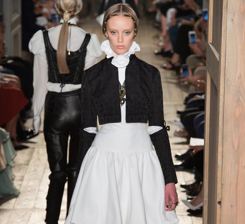 Модный показ новой коллекции Valentino Haute Couture, осень / зима 2017