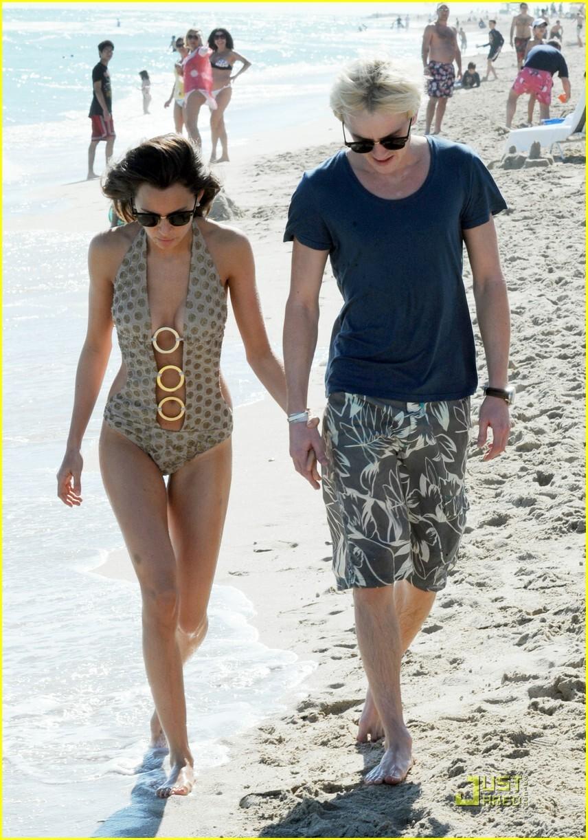 Драко Малфой со своей девушкой на пляже