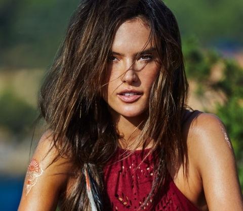 Алессандра Амбросио снялась в рекламе своей новой пляжной коллекции