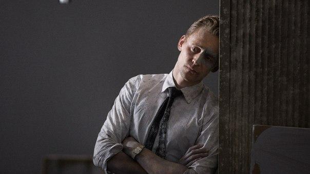 Том Хиддлстон полностью обнажился для промо-кадров  к фильму «Высотка»