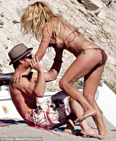 Памела Андерсон и ее новый мужчина на пляже