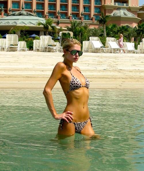 Пэрис Хилтон надела бикини в Дубаях нелегально