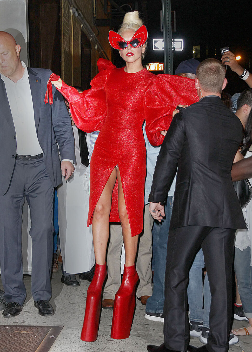 Разрез платья Lady Gaga открыл немного больше, чем надо