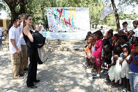 Видео: Анджелина Джоли на Гаити