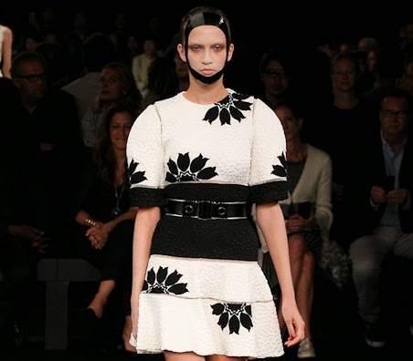 Модный показ новой коллекции Alexander McQueen. Весна / лето 2015